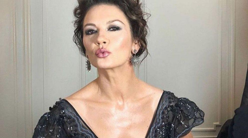 Catherine Zeta-Jones, apariție de senzație în costum de baie