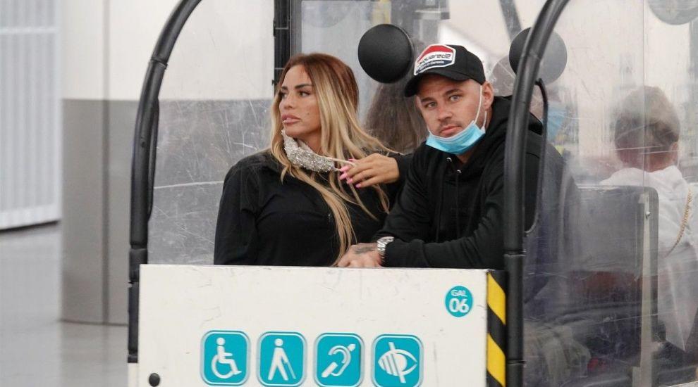 Katie Price s-a accidentat în vacanță. Cum a fost surprinsă pe aeroport, la revenirea în Marea Britanie