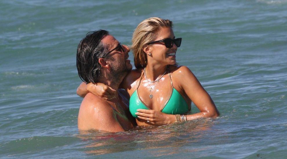 Sylvie Meis și Niclas Castello, fără inhibiții la plajă. Ipostazele tandre în care au fost fotografiați cei doi