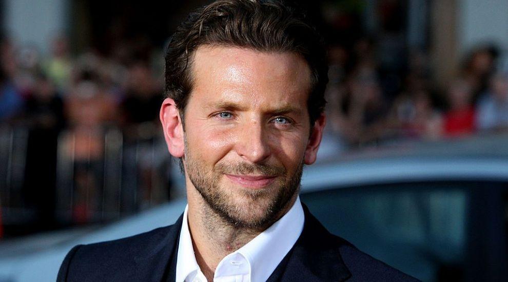 Bradley Cooper, surprins în ipostaze tandre alături de o cunoscută actriță de la Hollywood