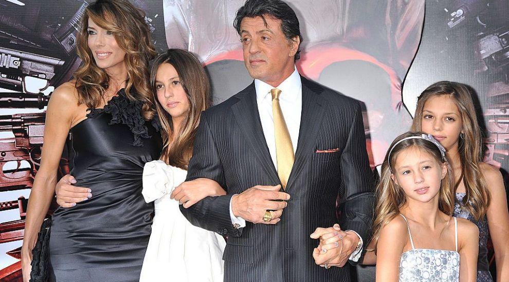 Sylvester Stallone, la plajă alături de soție și una dintre fiice. Cei trei nu a putut trece neobservați