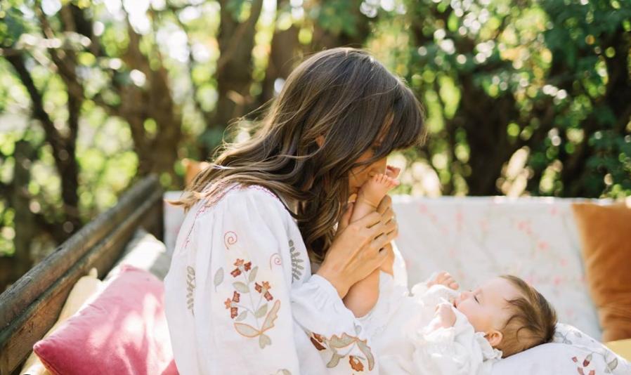 Dana Rogoz i-a făcut botezul micuței Lia Elena la camping