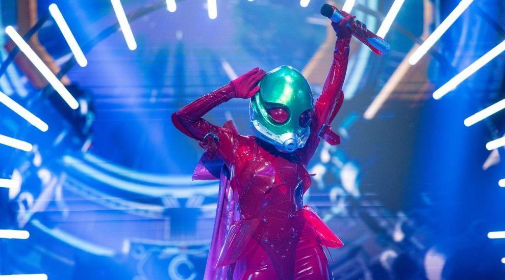 Masked Singer: Extraterestul, apariția incendiară a serii. Costmul roșu de latex a subliniat formele unei vedete feminine