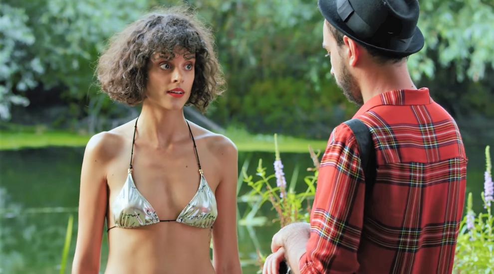 Diana Sar, goală pe YouTube într-un filmuleț care taxează goana după bani, faimă și LIKE-uri
