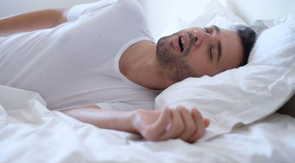 Persoanele care sforăie au risc de trei ori mai mare de a suferi forme grave de Covid-19