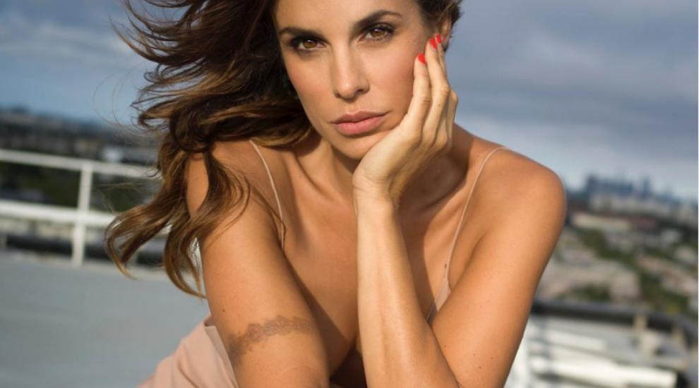 Elisabetta Canalis a pozat nud în piscină. Fosta iubită a lui George Clooney este într-o formă perfectă