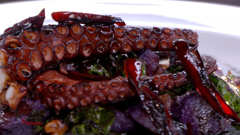 Tentacule de caracatiță la grătar cu varză kale, cartofi violet și gastrique cu ardei iute caramelizat