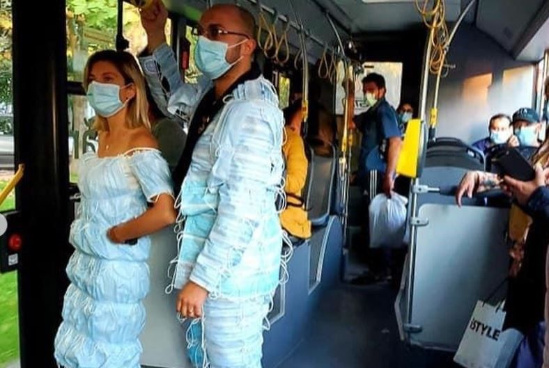 Cine sunt soții care au purtat costume din măști chirurgicale. Cum au reacționat oamenii când i-au văzut îmbrăcați așa