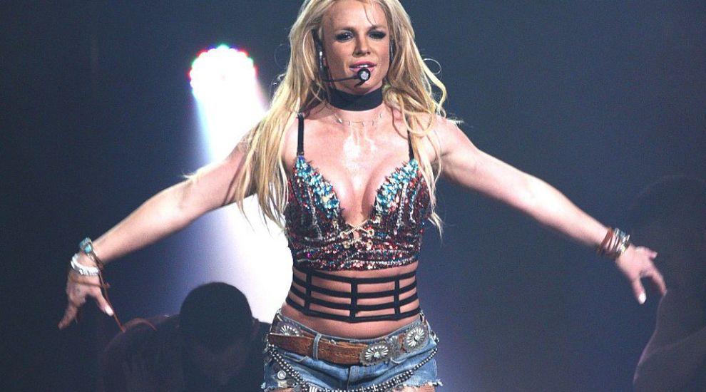Britney Spears, surprinsă de paparazzi la plajă. Cum arată în realitate corpul vedetei, fără Photoshop