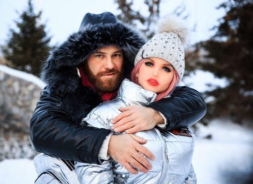 PRO TV - Culturistul Yuri Tolochko s-a căsătorit cu păpușa lui gonflabilă, după o lungă perioadă de când sunt împreună