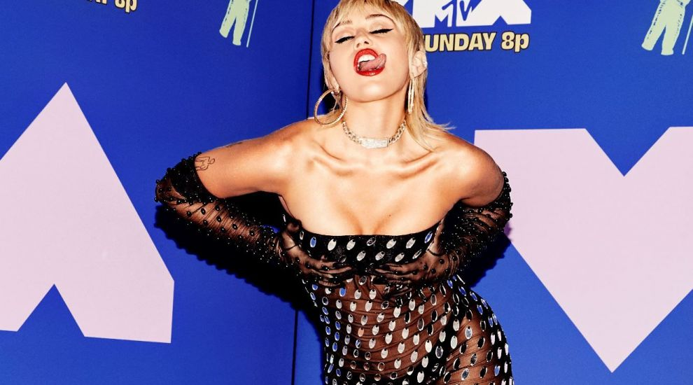 """Miley Cyrus a pozat fără sutien într-o revistă serioasă. """"Mi-au zis că ar trebui să mă acopăr"""""""
