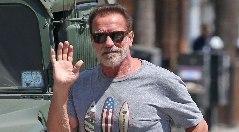 """Arnold Schwarzenegger, vaccinat anti-COVID din mașină: """"Veniți cu mine dacă vreți să trăiți"""""""