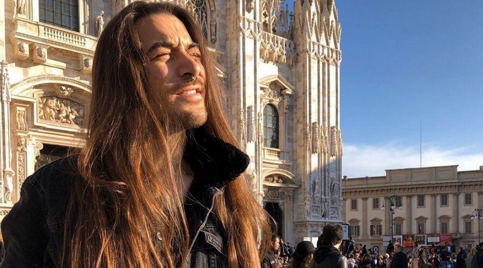 """El este """"Bărbatul Rapunzel""""! Un tânăr din Milano este invidiat de femei pentru părul său lung de 99 cm"""