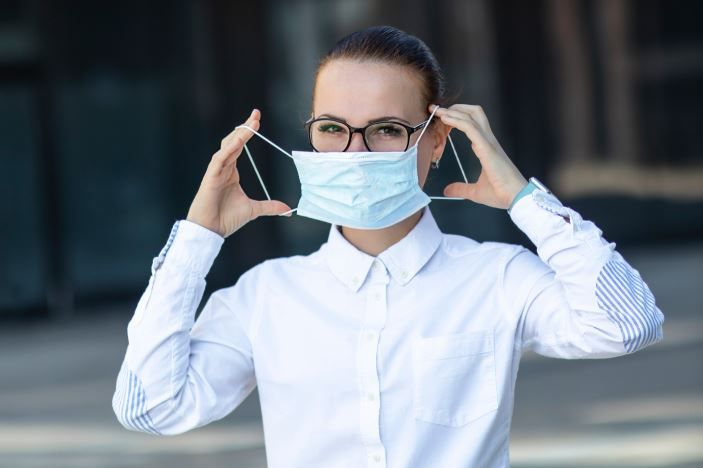 În urma unui studiu, medicii recomandă purtarea ochelarilor! Cât de mult protejează de COVID-19?