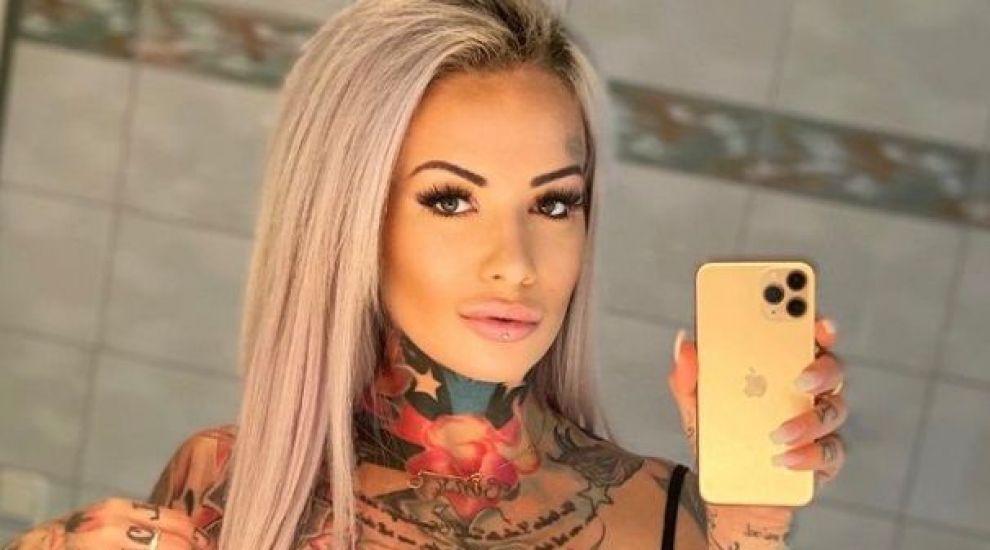 O tânără a cheltuit 57.000 de euro pentru a se tatua din cap până în picioare! Cine a inspirat-o