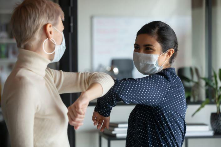 Masca nu va rămâne obligatorie în aer liber, dar în interior, da! De ce și persoanele vaccinate prezintă un risc?