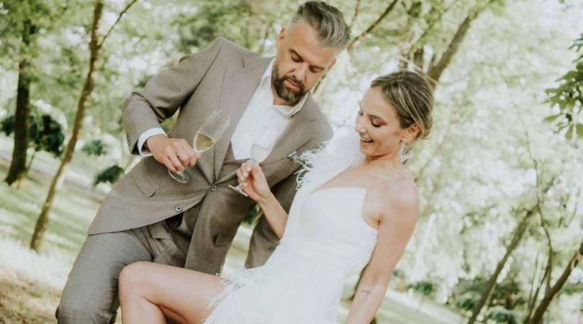 Roxana Ionescu și Tinu Vidaicu au sărbătorit nunta la Timișoara. Mireasa a strălucit într-o rochie cu pene