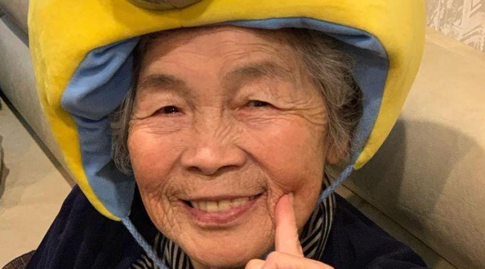 O bunică de 93 de ani din Japonia demonstrează că umorul este secretul longevității