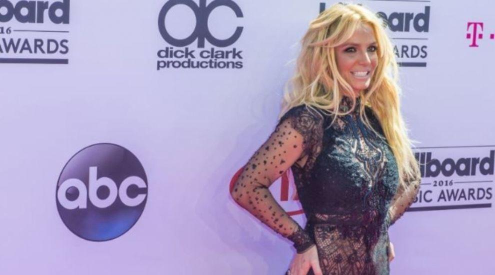 Britney Spears a pozat fără haine la doar o zi după ce a scăpat de sub tutela tatălui ei
