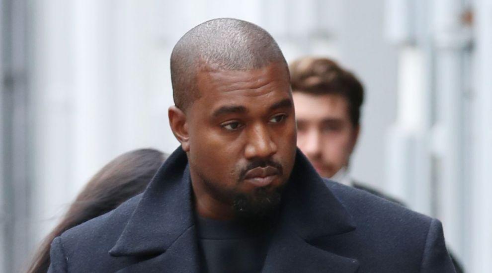 Kanye West, surprins cu o mască de caucazian în New York