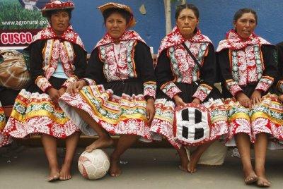FOTO SENZATIE! Din tara fostului stelist, Mendoza: Cum stiu sa faca show la fotbal femeile din Peru!