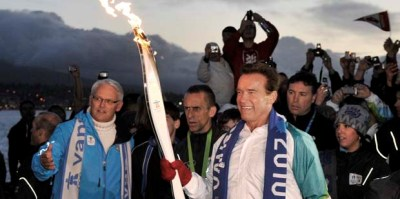 FOTO / Nebunie la Vancouver! Arnold a purtat flacara olimpica prin centrul orasului
