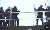 Politistii, fugariti si umiliti de huligani pe un stadion din Polonia!VIDEO
