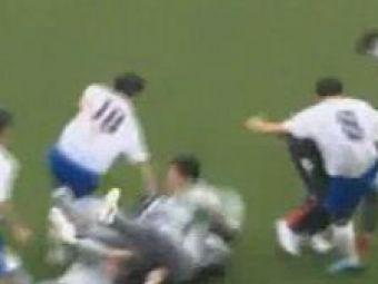 VIDEO Kung FU pe teren! Si-au luat la bataie adversarii pentru ca au intarziat!:)