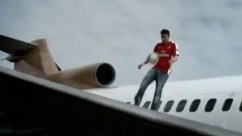 Vezi ce star de la Arsenal jongleaza cu mingea pe aripa unui avion!VIDEO