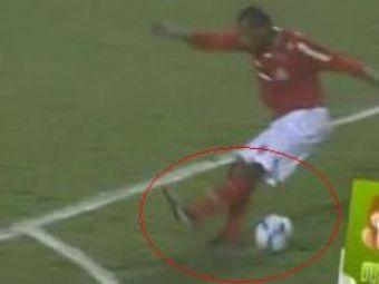 VIDEO La un pas sa-si rupa piciorul! Cea mai proasta lovitura libera din istorie! :))