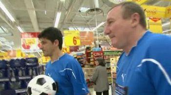 Fotbal Adevarat! Echipa legendelor se pregateste de meciul cu echipa suporterilor intr-un supermarket