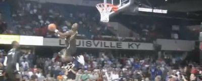 VIDEO: Lectie de back dunk! Pasa de fotbalist, finish de mare artist!