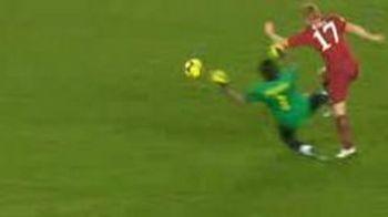 VIDEO Buffon, la un pas sa-l rupa pe Riise! Vezi ce intrare criminala a avut!