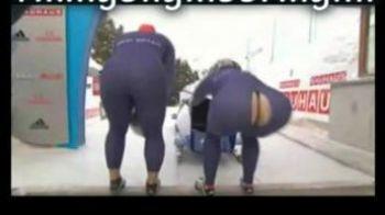 VIDEO In fundul gol pe gheata: echipamentul unei fete a facut POC!