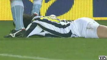 VIDEO / Culmea faultului! L-a calcat pe cap pe Del Piero si s-a facut ca ploua!