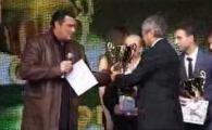 """VIDEO / Lucescu, premiat de Steven Seagal: """"Maestrul merita toate aplauzele, din toate infrangerile a iesit invingator!"""""""