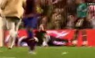 VIDEO A distrat un stadion! Cum a driblat un fan agentii de paza la meciul Barcelonei!