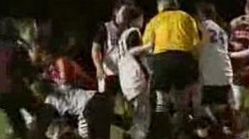 VIDEO Fotbal de K1: au innebunit fetele!S-au luat la pumni pe teren, iar fanii in tribuna!