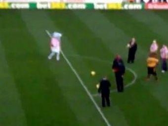 "VIDEO / Cea mai ""rea"" mascota din Anglia joaca la Stoke :)"