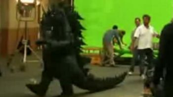 VIDEO / Ronaldo jongleaza mingea costumat in GODZILLA!