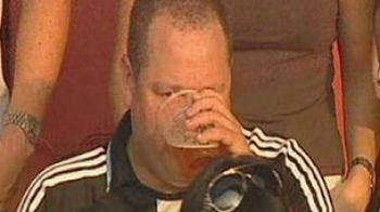 Patronul lui Newcastle, prins cu berea la gura pe stadionul Emirates!