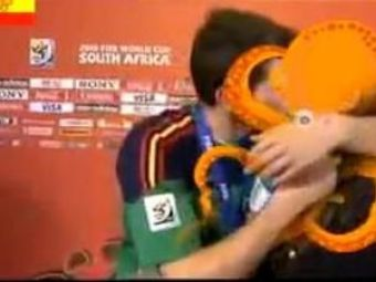 Ultima poanta in Spania! Casillas a inselat-o pe Sara Carbonero cu... Caracatita Paul! VIDEO :)