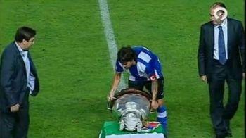 VIDEO / Ce poate fi mai rau pentru un fotbalist? Sa castigi un trofeu si sa nu poti sa-l ridici :))