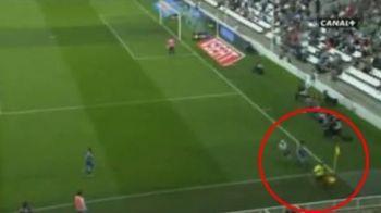 VIDEO ASTA e cel mai DEVOTAT arbitru din lume! Vezi cum a atacat un steward pentru o minge!