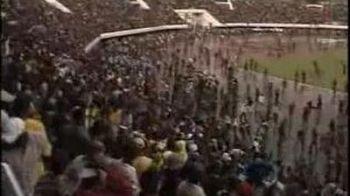 VIDEO! Se intampla in Africa! Un super gol de la peste 20 de metri i-a isterizat pe fani! SUTE au intrat pe teren de bucurie!