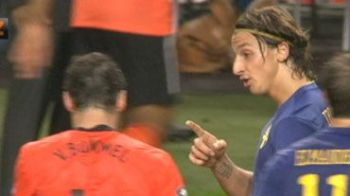 VIDEO Ibrahimovic CRIZA de NERVI: la un pas sa-l ia la bataie pe Van Bommel!