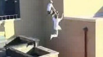 VIDEO Parkour INCREDIBIL! Cum sa escaladezi cladirea pana la etajul trei in TREI pasi...