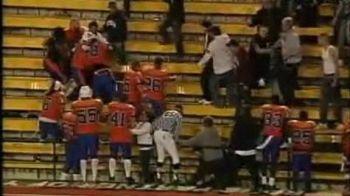 VIDEO Cei mai rai jucatori din lume! O echipa intreaga de fotbal american a sarit la bataie cu suporterii!