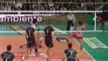 VIDEO / Cea mai TARE lovitura la volei din istorie... cu piciorul! A lovit mingea ca Ibrahimovic: