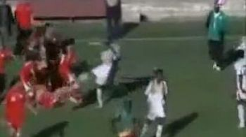 VIDEO INCREDBIL! Sar scantei! Vezi cum arata cea mai dura bataie generala din fotbalul feminin!!!